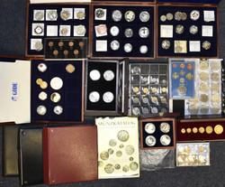 100.80.10: Pièces de machines à sous - pièces de monnaie - or de partout dans le monde